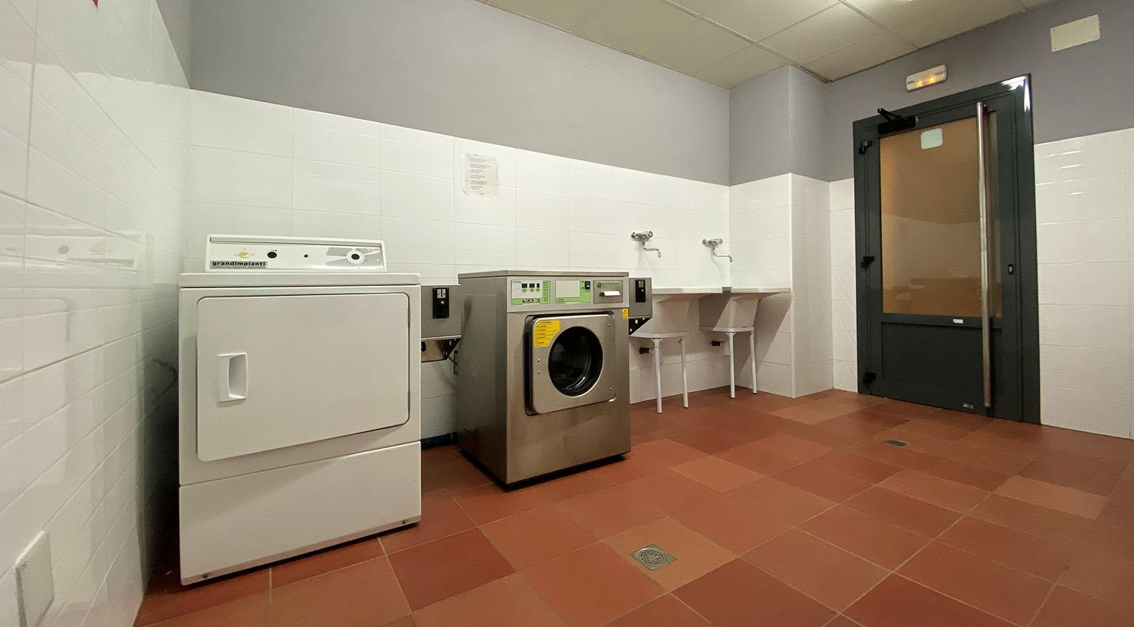 Waschmaschine, Trockner und Wäsche.