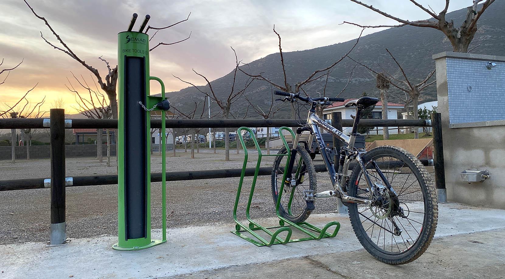 Atelier extérieur pour vélos.