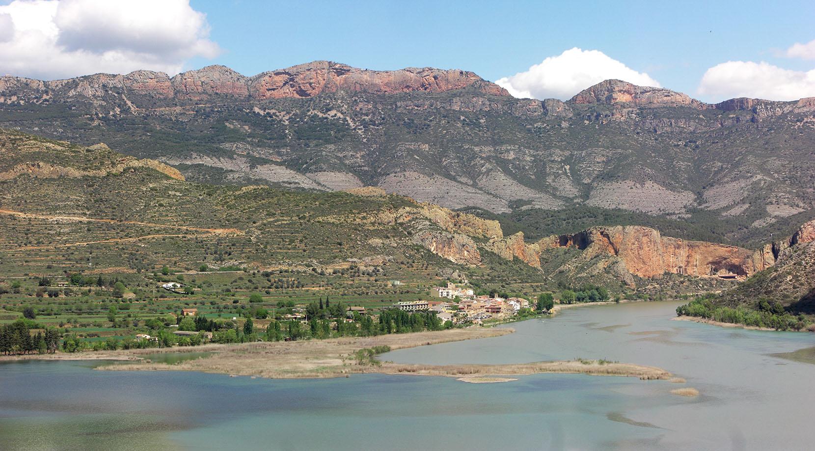 Sant Llorenç de Montgai i el Mont-Roig al fons.